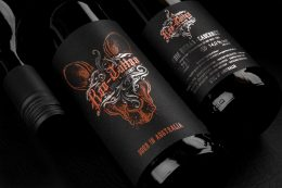 Fotografie von drei liegenden Roo-Tattoo Rotweinen der Pieroth Wine Company